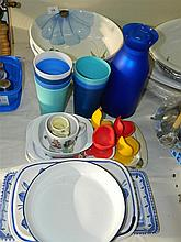 A quantity of assorted kitchen sundries