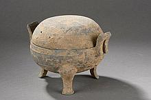Urne Ding tripode couverte sertie de deux larges anses latérales.