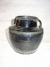 Poterie à fond plat, paroi droite, épaulement oblique, large col cylindrique serti de deux anses de préhension latérales en grès porcelaineux à glaçure monochrome noire nacrée nuancée.
