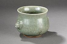 Brule parfum en porcelaine du  Longquan de forme renflée à la panse et série de deux anses moulée de têtes de chimère  en épaisse porcelaine monochrome céladon vert .