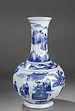 Vase Shamping en porcelaine blanche décoré en bleu cobalt sous couverte d'une assemblée tenant audience d'un haut dignitaire.