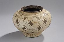 Pot Cizhu à base étroite, épaulement arrondi et ouverture ourlée en épais grès porcelaineux décoré en incision de motifs géométriques de lignes, cercles et losanges et glaçure bicolore blanc crémeux et ocre brun.
