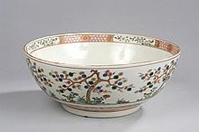 Bol à punch Compagnie des Indes en porcelaine imari décoré en émaux polychromes et or sur la couverte d'arbustes fleuris, frises géométriques et pivoines épanouies au fond.