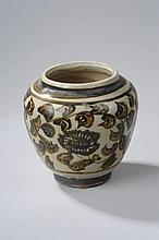 Pot Cizhu en grès porcelaineux décoré en oxyde brun sur couverte beige de feuilles tapissantes.
