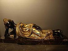 Parinirvâna Bouddha avant le grand départ sa tête accoudé sur  son bras  et reposant sur un coussinet, vêtu d'une robe monastique à plis bouillonnants coiffé de la protubérance crânienne ushnisha.