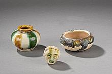Suite de trois offrandes  pot globulaire, coupelle et tête d'ourson en céramique sançaï, glaçure trois couleurs vert, jaune, blanc sur terre cuite crème.