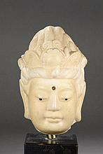 Tête du Boddhisattva Kwan Yin paré d'un diadème sur un haut chignon, l'urna au milieu du front.