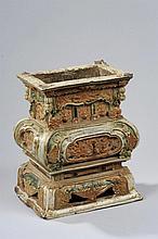 Brûle parfum quadripode sur base campanulée en céramique décoré en appliqué de motifs moulés d'échassiers, frises de dragons, pattes de tigre, nuages tsi, écoinçons, calligraphie et incisé à la base d'une dédicace.