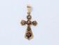 Pendentif en or, stylisant une croix ajourée et rehaussée de roses couronnées. Travail français de la seconde moitié du XIX° siècle. (en l'état)). Poids brut: 2.30 g. Dim: 4.3 x 2.1 cm.