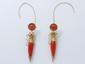 Belle paire de pendants d'oreilles en or, à décor d'amphore, ornés de gouttes de corail, rehaussées de filigranes. Travail de la seconde moitié du XIX° siècle. (système de sécurité en métal). Poids brut: 15.10 g. Haut: 6.6 cm.