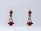 Paire de pendants d'oreilles en or, ornés de 2 perles de corail en pampille rehaussées d'une demi perle. . Poids brut: 9.90 g. Long: 4.5 cm.