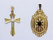 Lot en or composé de 2 pendentifs, le premier en médaillon ovale à décor guilloché centré d'une pierre rouge cabochon, le second en forme de croix ornée d'une perle de culture.. Poids brut: 7.80 g l'ensemble.