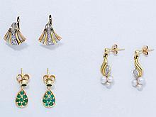Lot en or composé de 3 paires de boucles d'oreilles ornées de roses, d'émeraudes ou de petites perles de culture.(une perle fantaisie).. Poids brut: 6.70 g.