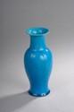 Chine. Vase en porcelaine à décor floral sur fond bleu. H. 20 cm