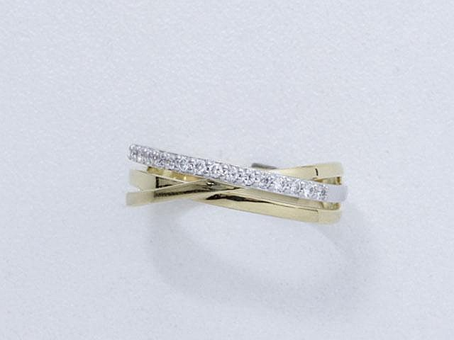 Bague 2 tons d'or, ornée d'une ligne de diamants brillantés.. Poids brut: 4.80 g. TDD: 52.