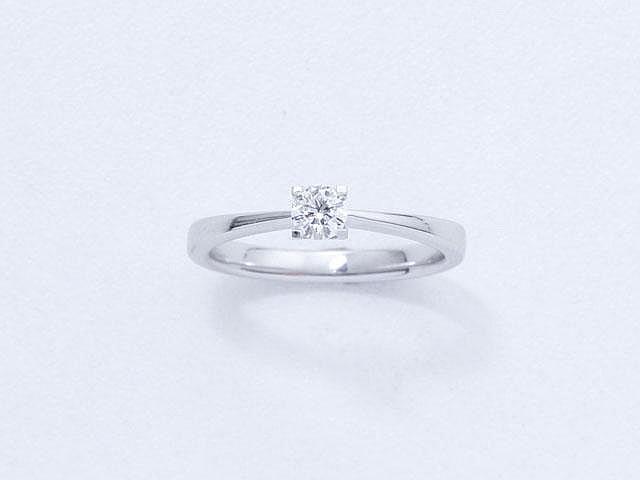 Bague solitaire en or gris, ornée d'un diamant brillanté en serti griffe.. Poids du diamant: 0.20 ct env.. Poids brut: 3 g. TDD: 52.