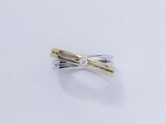 Bague 2 tons d'or, à décor entrelacé orné d'un diamant brillanté.. Poids brut: 7.90 g. TDD: 52.5.