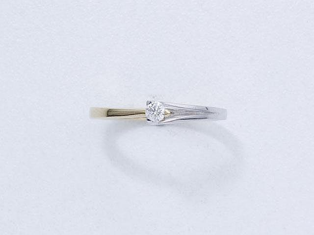 Bague en or partiellement rhodié, ornée d'un diamant brillanté en serti griffe.. Poids brut: 2.80 g. TDD: 53.5.