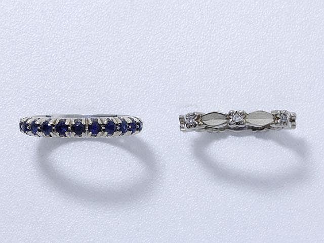 Ensemble en or gris, composé de 2 alliances, l'une ornée de diamants brillantés et l'autre de saphirs ronds facettés. . Poids brut: 7.40 g. TDD: 53 et 55.