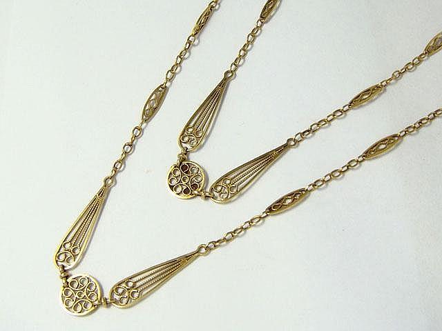 Sautoir en or, maille filigranée, agrémenté d'un fermoir anneau ressort en or et argent. Travail français de la première moitié du XX° siècle.. Poids: 25.60 g. Long: 150 cm.