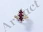 Bague marquise en or, ornée de 3 rubis facetté en serti griffe entouré de diamants brillantés. (égrisures). Poids brut: 4.70 g. TDD: 54.