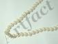 Collier choker composé d'un rang de perles de culture d'environ 5.5 mm, agrémenté d'un fermoir à cliquet et d'une chaînette de sécurité en or.. Poids brut: 20.80 g. Long: 45 cm.