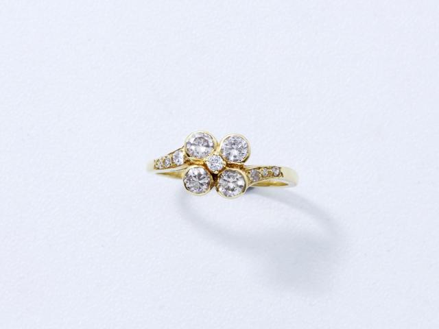 Bague fleur en or, ornée de diamants brillantés, les palmettes diamantées.. Poids brut: 3 g. TDD: 53.
