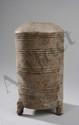 Modèle de grenier à grains tripode sur piètement zoomorphe en forme d'ourson. Terre cuite. Chine. Dynastie. Han; 206 avant à 220 après. Ht 27cm .