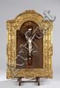 Christ en ivoire. . Cadre en bois sculpté doré. . Epoque XVIIIème. 75.5 x 51 cm.
