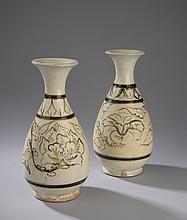 Paire de vases cizhu de forme balustre en grès porcelaineux décoré en brun et ocre sur fond beige porcelaine. Chine. Dynastie Yuan. 1271 à 1368. 26,5cmx8,2cm.