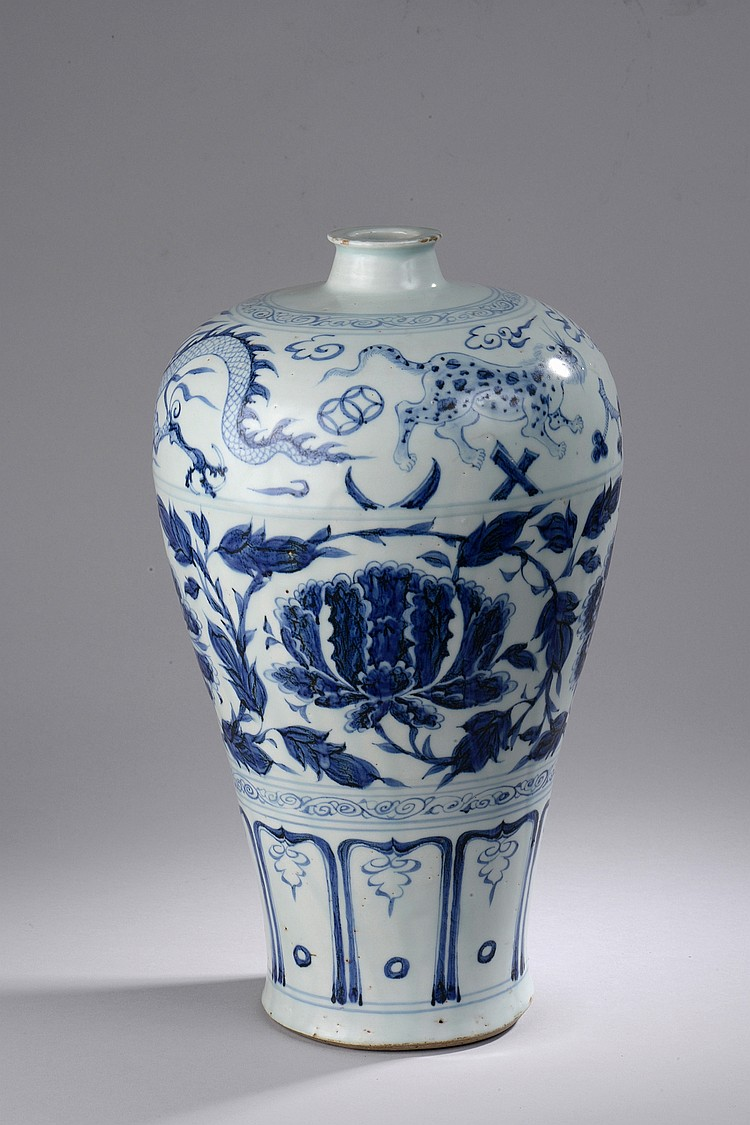 Vase meïping en porcelaine blanche décorée en bleu cobalt sous couverte sur trois registres, d'un dragon impérial et kilin à l'épaulement, de pivoines et guirlandes fleuries au centre et d'une frise lotiforme à la base. Chine. Dynastie Ming. 1368 à