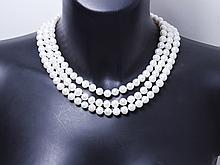Sautoir composé d'un rang de perles de culture d'eau douce d'environ 8.5 mm de couleur blanche. . Poids brut: 151.80 g. Long: 150 cm.