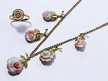 Ensemble composé d'une bague en or 18 K et d'un collier en vermeil, rehaussés de fleurs en pierre ornementale. (petits manques de matière). Poids brut de l'or: 2 g.. Poids brut de l'argent: 9.90 g.