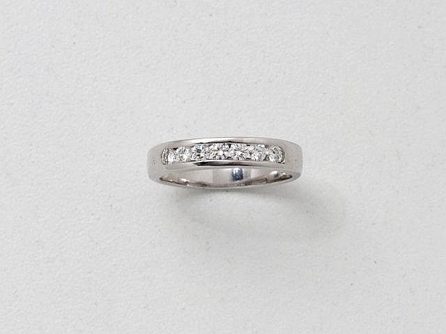 Demi alliance en or gris, ornée d'une ligne de diamants brillantés en serti rail.. Poids brut: 3.50 g. TDD: 56.