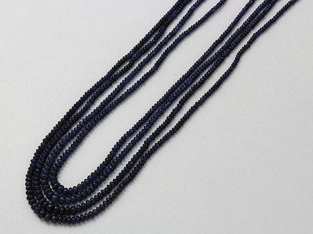 Collier composé d'une chute de 4 rangs de perles de saphir, retenue par un cordon tressé réglable. . Poids brut: 42.40 g. Long: 52 cm.