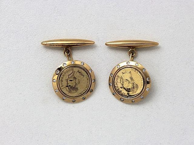 Paire de boutons de manchette en or, ornés d'une pastille à l'effigie de l'Empereur Maximilien dans un entourage partiellement diamanté.. Poids brut: 4.60 g.