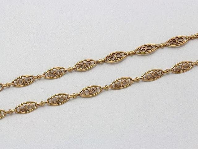 Sautoir en or, maillons filigranés, agrémenté d'un fermoir anneau ressort. Travail français vers 1900.. Poids: 44.10 g. Long: 155 cm.
