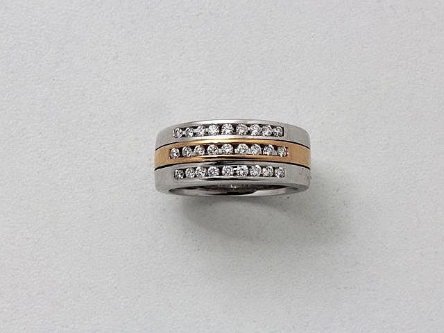 Bague bandeau en or rhodié, rehaussée de lignes de diamants brillantés en serti rail.. Poids brut: 9.80 g. TDD: 55.