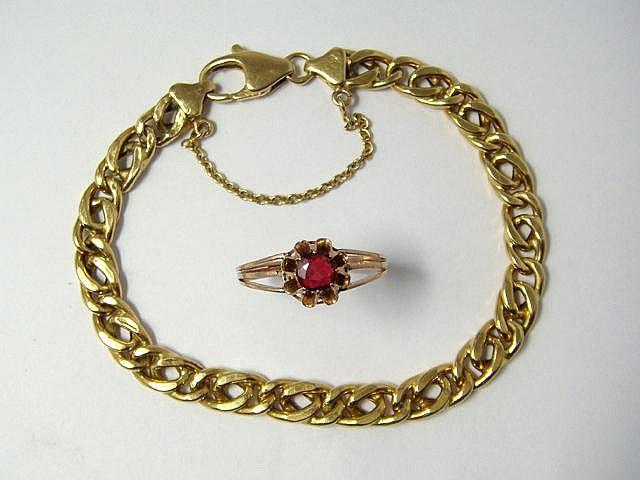 Lot en or, composé d'un bracelet maille gourmette et d'une bague ornée d'une pierre rouge. (en l'état). Poids brut total: 11 g. Long: 18.5 cm. TDD: 57.