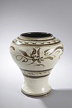 Pot Cizhu à panse globulaire sur haut piédouche en grès porcelaineux à couverte blanc crémeux décoré en appuyé de motifs floraux et frises géométriques en oxyde de brun. Chine. Dynastie Yuan. 1271 à 1368. Ht 21cm x diam 11cm.