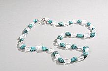Collier recomposé selon la tradition de perles de turquoise himalayennes, cristal de roche et métal argenté. Ladakh.