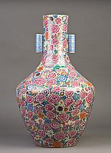 A LARGE FAMILLE ROSE PORCELAIN VASE WITH TWO LOOP HANDLES