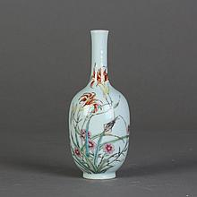 A SMALL CHINESE FAMILLE ROSE PORCELAIN VASE