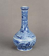 A CHINESE BLUE AND WHITE PORCELAIN GARLIC VASE