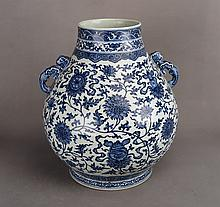 A CHINESE BLUE AND WHITE PORCELAIN ZUN VESSEL