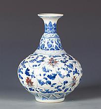 A CHINESE BLUE AND WHITE PORCELAIN GLOBULAR VASE