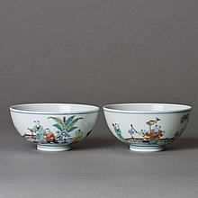 A PAIR OF FAMILLE ROSE PORCELAIN BOWLS