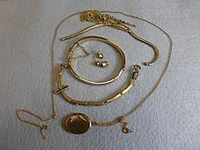 A quantity of 9ct gold jewellery including a