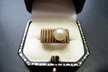 Pre-owned 9ct gold pearl ring