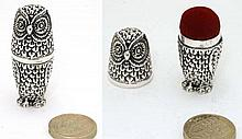 Sewing / needlework accessary :A late 20thC novelty pin cushion / thimble formed as an owl, the head